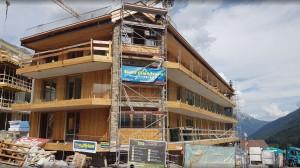 Haus B Fassade nahezu abgeschlossen.